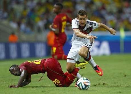 Jogadores de Gana e Alemanha disputam a  bola durante partida em Fortaleza. 21/06/2014.