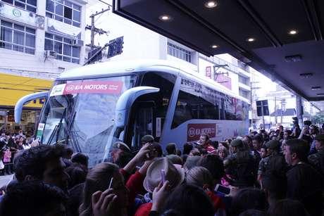 Ônibus da Costa Rica é cercado por torcedores em Santos