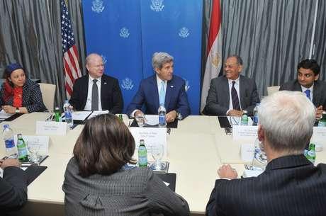 John Kerry visita o Egito para discutir formas de apoio durante período de transição política