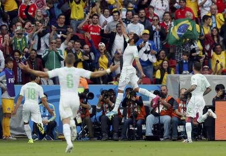 Halliche comemora o segundo gol da Argélia na partida contra a Coreia do Sul em Porto Alegre