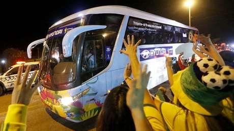 <p>Seleção Brasileira chega ao hotel em Brasília cercado de torcedores</p>