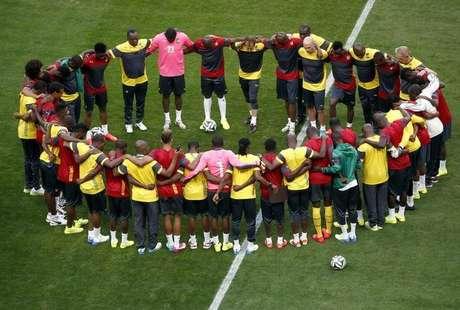 <p>Antes de iniciar o treinamento, jogadores de Camarões mostraram a união da equipe mesmo com a eliminação precoce na Copa do Mundo</p>