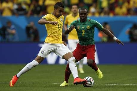 Luiz Gustavo e N'Guemo disputam bola na partida entre Brasil e Camarões