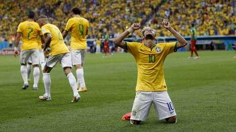Atacante se ajoelha no gramado para celebrar seus egundo gol na partida contra Camarões