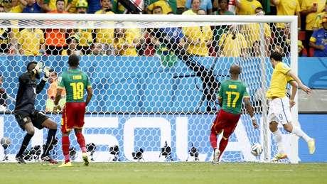 David Luiz recebe pelo lado esquerdo da área, cruza fechado e Fred manda pra rede pra marcar de cabeça o terceiro brasileiro contra Camarões