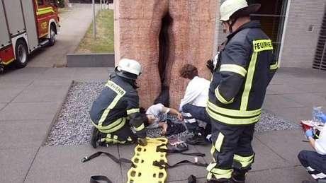<p>Jovem teve que ser resgatado por uma equipe de 22 bombeiros</p>