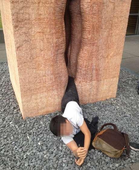 <p>Estudante escorregou e ficou com as pernas presas em uma parte estreita da escultura</p>