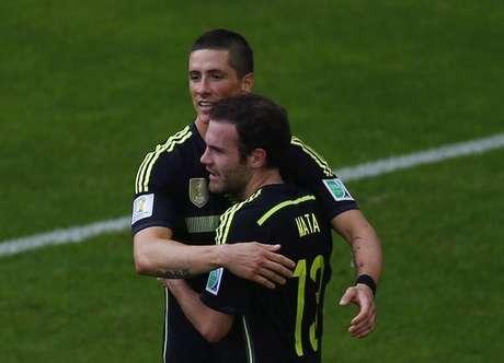 Juan Mata comemora gol da Espanha com Fernando Torres.