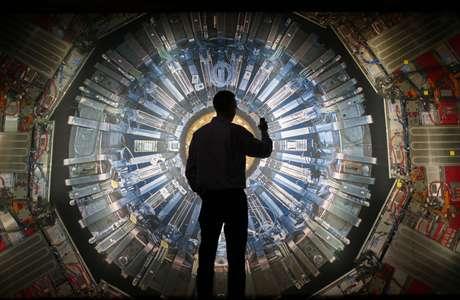<p>Acelerador de hadrones (LHC) pode gerar energia para descobrir outras dimensões</p>