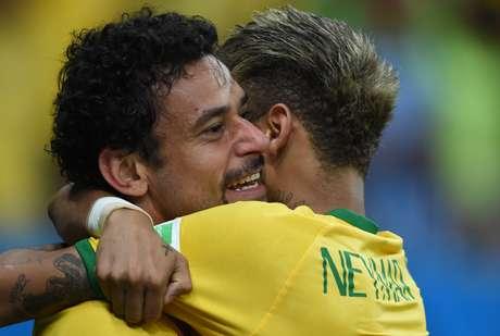 <p>Neymar abraçaFred depois de o camisa 9 marcar de cabeça</p>