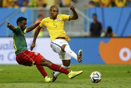 <p>Fernandinho bate para marcar o quarto gol do Brasil no jogo</p>