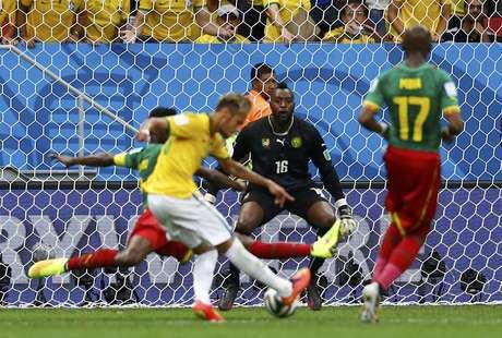 Marcelo lança, Neymar faz a finta na entrada da área e chuta para marcar o segundo gol brasileiro