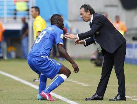 Balotelli conversa com técnico italiano, Cesare Prandelli