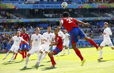 Giancarlo Gonzalez, da Costa Rica, salta para cabecear a bola durante jogo contra a Inglaterra