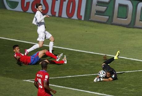 Goleiro da Costa Rica Keilor Navas evita gol da Inglaterra