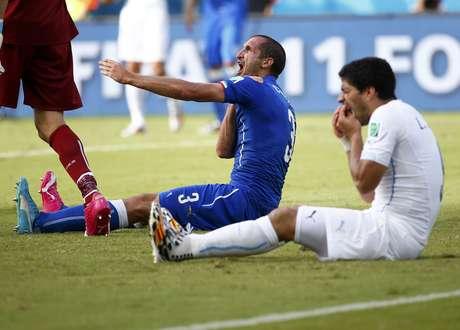 <p>Jogadores uruguaios defenderam Su&aacute;rez com veem&ecirc;ncia ap&oacute;s a partida</p>