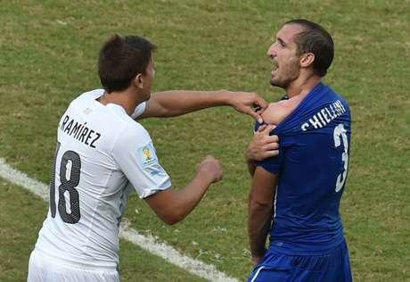 <p>Chiellini mostra a árbitro sinais de dente no ombro após suposta mordida de Suárea</p>