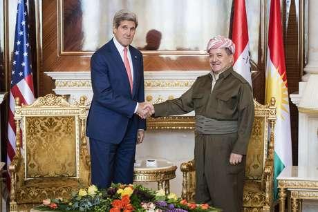 <p>O presidente curdo Masud Barzanicumprimenta o secretário de Estado americano, John Kerry, no palácio presidencial em Arbil, capital da região autônoma do Curdistão, norte do Iraque, em 24 de junho</p>