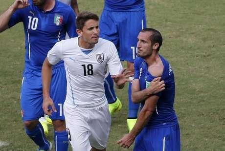 Chiellini reclama de ter sido mordido por Suárez durante partida contra o Uruguai em Natal. 24/06/2014.