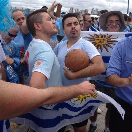 Fantasiados de Ghiggia e Obdulio Varela, torcedores uruguaios não conseguiam entrar no estádio por conta dos pedidos de fotos