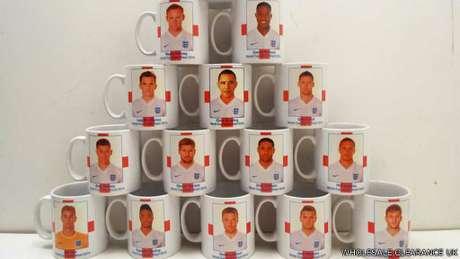 <p>Erro pode ter ocorrido no momento em que um membro inexperiente da companhia que criou as canecas fez buscas por imagens dos jogadores ingleses</p>