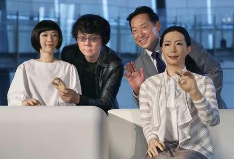<p>Da esquerda para a direita: a robô Kodomoroid; o desenvolvedor das máquinas, professor Hiroshi Ishiguro; o diretor-executivo do museu, Mamoru Mohri; e a robô Otonaroid</p>