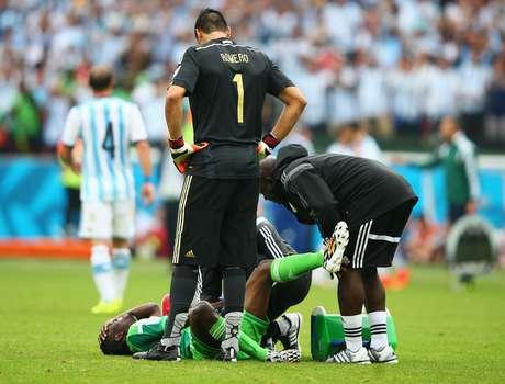 <p>Nigeriano recebeu atendimento médico e saiu de campo imobilizado</p>