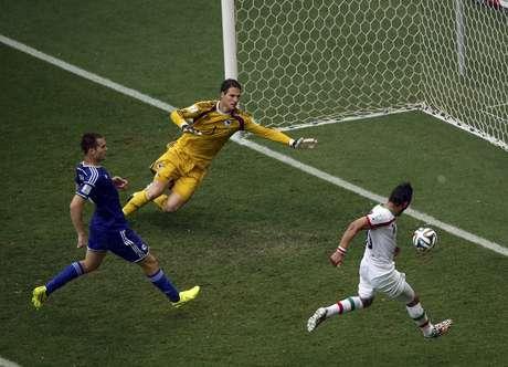 Reza Ghoochannejhad, do Irã, chuta e faz gol contra a Bósnia
