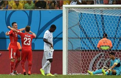<p>Xherdan Shaqiricelebra o terceiro gol da Suíçacom o colega Josip Drmic, enquanto que o goleiro de Honduras Noel Valladares lamenta. Partida entre Honduras x Suíça aconteceu nesta quarta-feira,na Arena Amazônia, e terminou em 3 a 0 para a seleção suíça.</p>