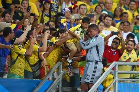 Aos 43 anos, goleiro da Colômbia tentou comemorar recorde com filhos, que estavam na arquibancada (foto); ao retornar com eles para o campo, foi barrado por fiscal da Fifa