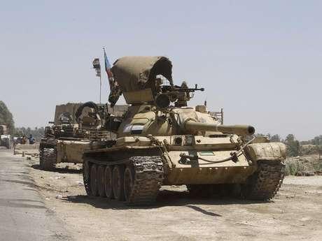 <p>Tanques das forças iraquianas se dirigem às suas posições em uma intensa mobilização de segurança, a oeste de Bagdá, no Iraque, na terça-feira</p>