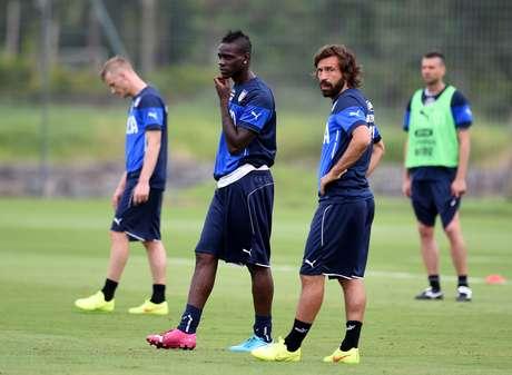 Andrea Pirlo discursou aos jogadores após último jogo pela seleção italiana; única ausência no pronunciamento foi Mario Balotelli, que foi antes para o ônibus