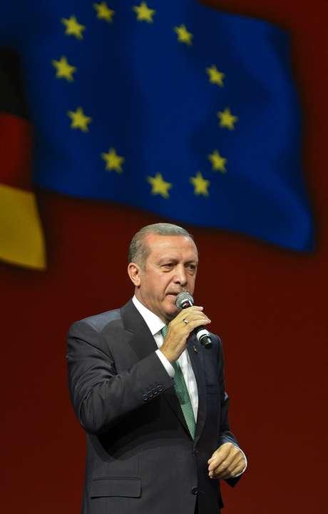 <p>O primeiro-ministro turco, Recep Tayyip Erdogan, fala para expatriados turcos em um evento para marcar o 10 º aniversário daUnião dos Democratas Europeus Turcos, na Alemanha, em 24 de maio</p>