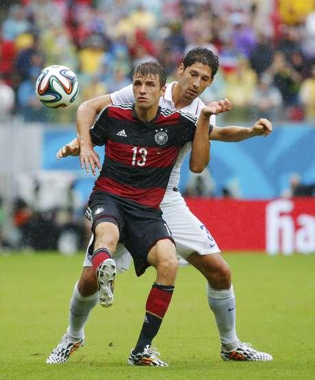 Em disputa pela bola, americano Omar Gonzalez segura Müller, da Alemanha