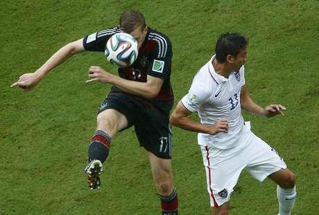 Mertesacker e Bedoya lutam pela bola durante jogo entre Alemanha e Estados Unidos