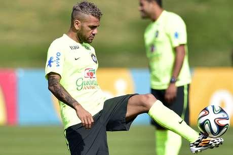 A seleção Brasileira treinou mais uma vez nesta quinta-feira na Granja Comary, Rio de Janeiro. Os jogadores já se preparam para a partida de sábado contra o Chile, no Estádio Mineirão, em Belo Horizonte. Na foto, Daniel Alves