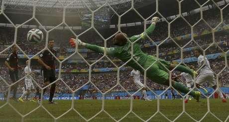 Gol do alemão Thomas Mueller sobre o goleiro Tim Howard, dos Estados Unidos, durante partida na Arena Pernambuco, em Recife. 26/6/2014