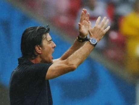 Técnico da Alemanha, Joachim Loew, gesticula com sua equipe durante vitória sobre os Estados Unidos em Recife. 26/06/2014.