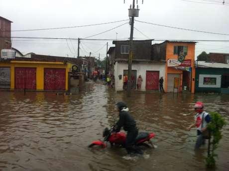 <p>Chuva deixou vários pontos de alagamento no Recife</p>