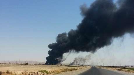 <p>Forças iraquianas estão combatendo insurgentes sunitas em lugares como refinarias</p>