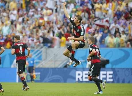 Jogador alemão Thomas Mueller dá um pulo para celebrar gol contra os Estados Unidos, na Arena Pernambuco, em Recife. 26/6/2014