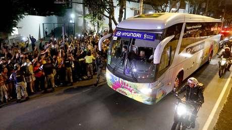 <p>Com grande apoio da torcida,Seleção Brasileira chega a hotelem Belo Horizonte, onde enfrenta o Chile no sábado</p>