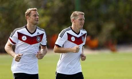 <p>Manuel Neuer (esquerda) corre ao lado de colega de equipe Bastian Schweinsteiger; ambos são jogadores do Bayern de Munique</p>