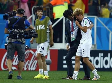 O técnico da seleção da Coreia do Sul, Hong Myung-bo, consola o jogador sul-coreano Son Heung-min após derrota para a Bélgica na partida pelo Grupo H da Copa do Mundo, na Arena Corinthians, em São Paulo. 26/06/2014.