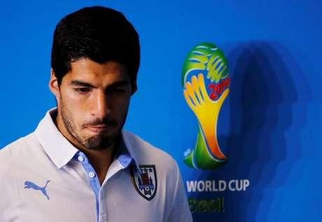O atacante uruguaio Luis Suárez chegou nesta sexta-feira a Montevidéu e foi recebido pelo presidente do país, José Mujica, após ter sido cortado da Copa do Mundo por ter mordido o zagueiro Giorgio Chiellini durante jogo pelo Grupo D.  23/06/2014