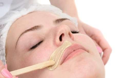 Apesar de ser frequentemente usada para acabar com a pelugem do rosto, a cera carrega a fama de facilitar o surgimento de rugas e causar flacidez