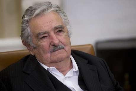 Mujica lamenta punição a Suárez