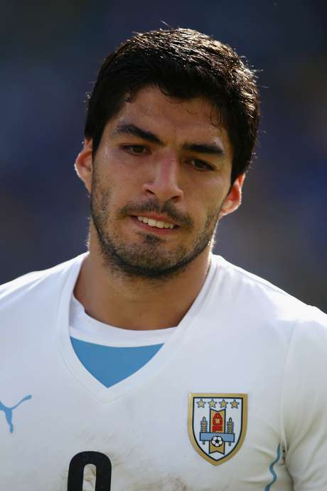 Mordida de Suárez em Chiellini rendeu suspensão e perda de contrato ao uruguaio