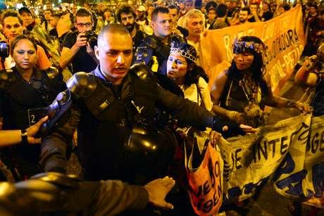 <p>Manifestantes contrários à realização da Copa do Mundo fazem protesto na praça Saens Peña, na Barra da Tijuca, zona norte do Rio de Janeiro</p>