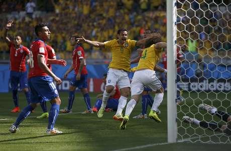 Fred comemora gol marcado por David Luiz